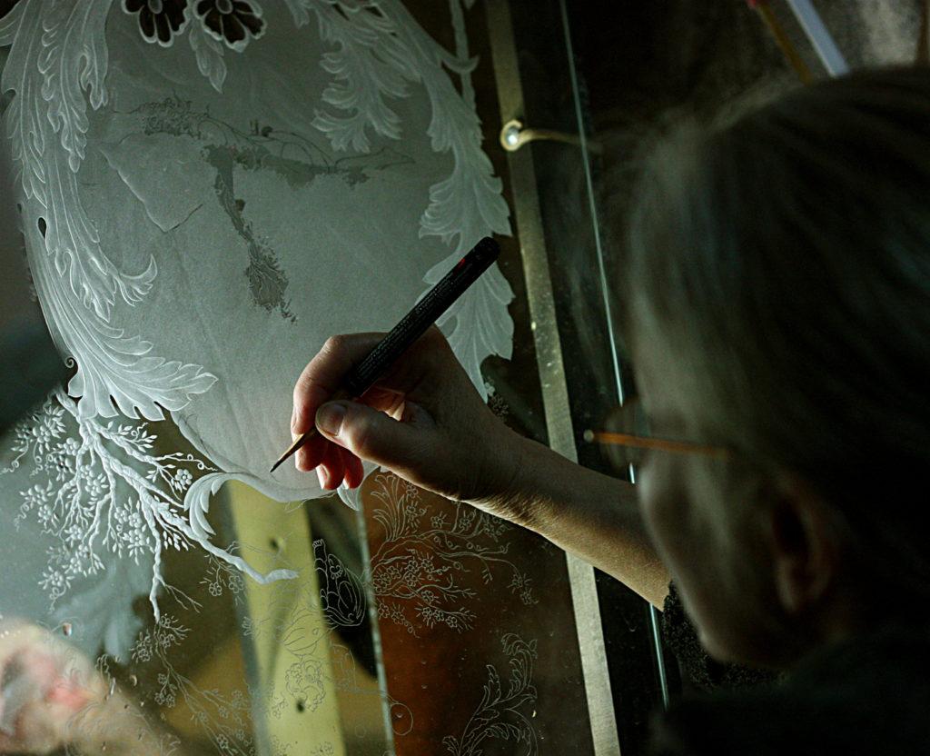 Е. Лаврищева рисует на стекле