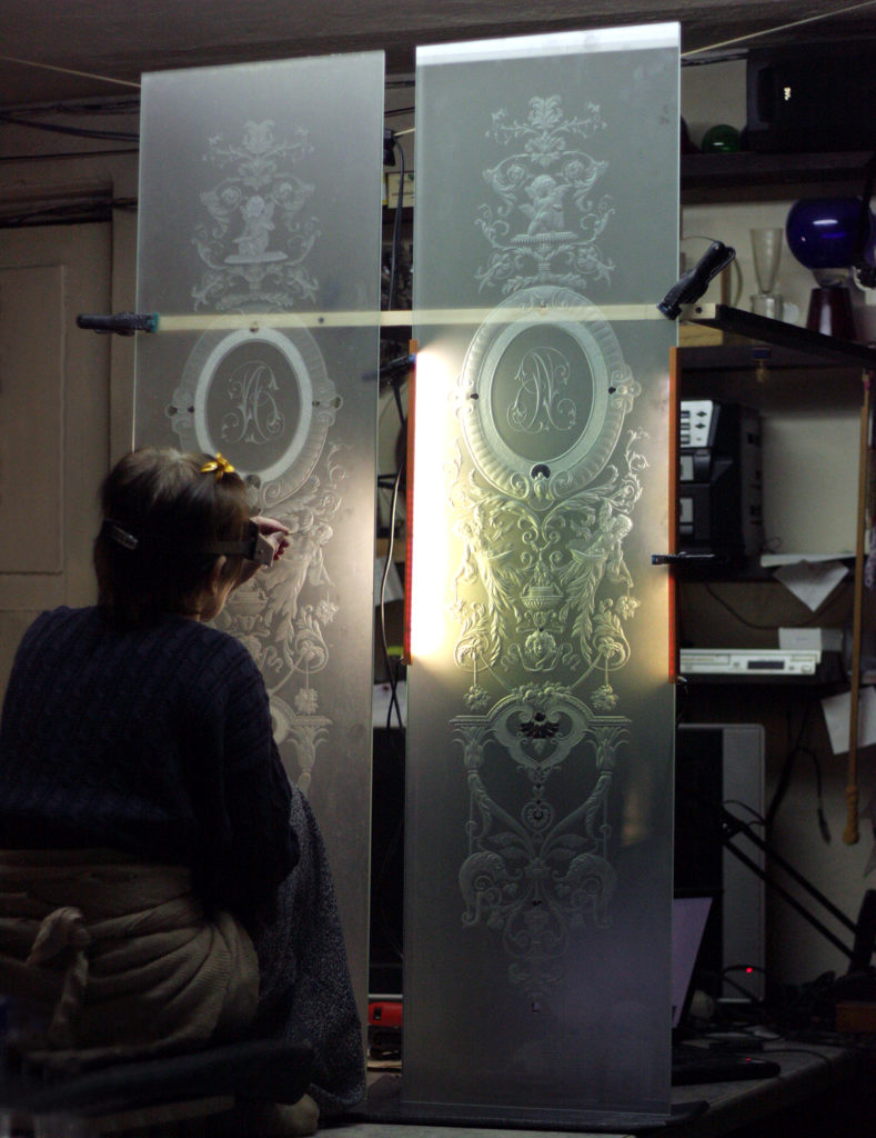 Работа над витражом в рыцарский шкаф