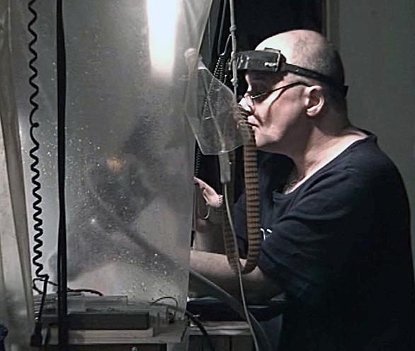 Владимир Маковецкий шлифует стекло для работы Сцила и Харибда