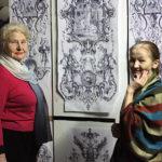 Елена Лаврищева показывает эскиз Кире Николаевне