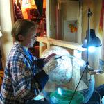 Елена Лаврищева работает с арт-объектом Сфера