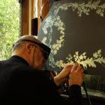 Владимир Маковецкий наносит гравировку на зеркало