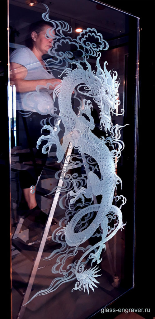 Гравировка на стекле - фото в процессе установки драконово на объекте