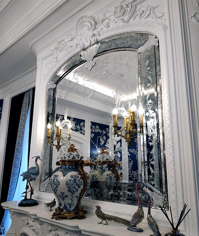 Фрагмент интерьера с гравированным зеркалом