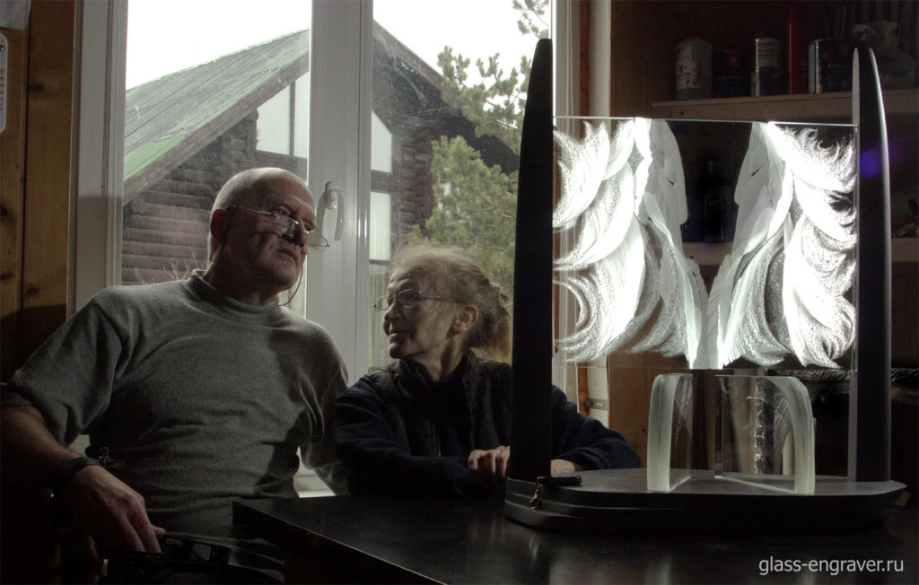 Елена Лаврищева и Владимир Маковецкий с арт-объектом ''Белое Безмолвие''